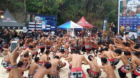 Tari kecak menjadi pembuka Rip Curl Cup 2019 di Pantai Padang Padang, Kuta Selatan, Minggu (30/6/2019). - INDOSPORT