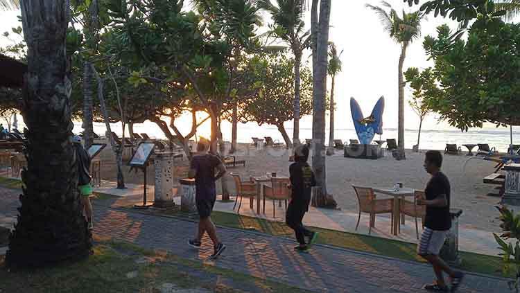 Terlihat beberapa pengunjung sedang jogging di sepanjang pantai Sanur, Denpasar Selatan, Bali, Rabu (26/6/2019) pagi. Foto : Nofik Lukman Hakim Copyright: Nofik Lukman Hakim/INDOSPORT