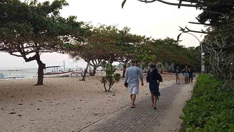 Terlihat para pengunjung sedang berjalan di jogging track, sepanjang pantai Sanur, Denpasar Selatan, Bali, Rabu (26/6/2019) pagi. Foto : Nofik Lukman Hakim Copyright: Nofik Lukman Hakim/INDOSPORT
