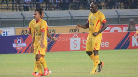 Striker Bhayangkara FC, Herman Dzumafo saat pertandingan menghadapi Persib Bandung di Stadion Si Jalak Harupat, Kabupaten Bandung, Minggu (30/06/2019). - INDOSPORT
