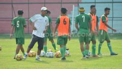 Indosport - Pelatih PSMS Medan Abdul Rahman Gurning (baju putih) memimpin langsung sesi Official Training (OT) di Stadion Teladan, Medan, Senin (1/7/2019) pagi.