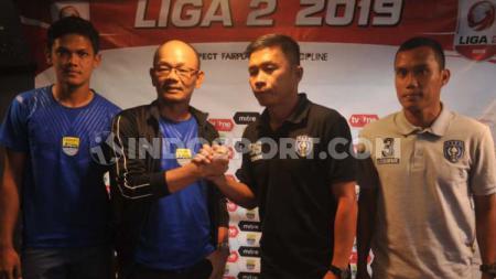 Pelatih Blitar Bandung United, Liestiadi  bersalaman dengan pelatih PSPS, Bona Simanjuntak saat konferensi pers di Graha Persib, Jalan Sulanjana, Kota Bandung - INDOSPORT