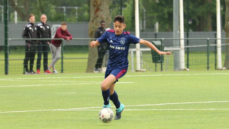 Pemain Ajax U-17 Tristan Gooijer saat menggiring bola. Copyright: ajax.nl