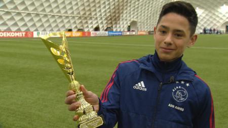 Pemain Ajax U-17 Tristan Gooijer saat mendapat penghargaan. - INDOSPORT