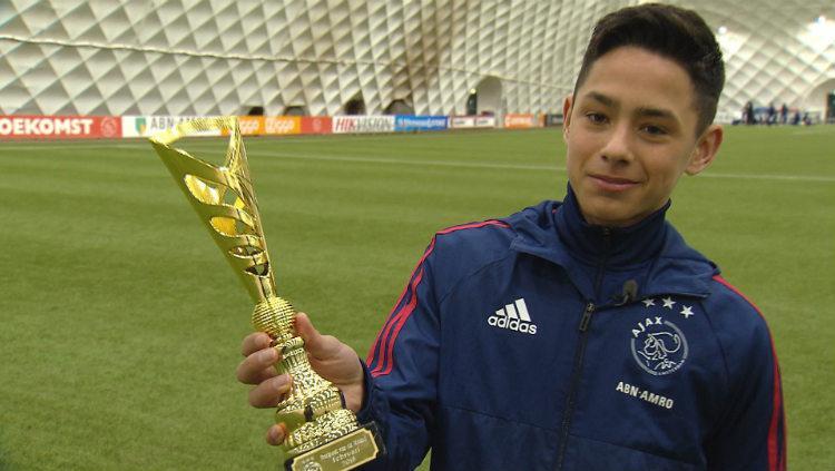 Pemain Ajax U-17 Tristan Gooijer saat mendapat penghargaan. Copyright: ajax.nl