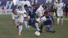 Indosport - Bek Barito Putera, Dandi Maulana (kiri) berusaha menghentikan laju striker PSIS Semarang, Silvio Escobar. Foto: Ronald Seger Prabowo/INDOSPORT