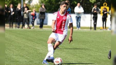 Harapan Timnas Indonesia U-19 terkait bek tengah keturunan milik Ajax Amsterdam, dipastikan pupus sudah, sebab sang pemain kini lebih memilih membela Belanda. - INDOSPORT