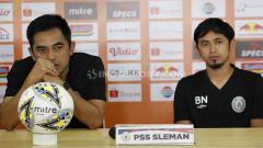 Indosport - Pelatih PSS Seto Nurdiyantoro, dan pemain PSS Bagus Nirwanto dalam jumpa pers.