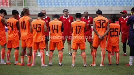 Ofisial Training tim Persija Jakarta jelang laga Liga 1 melawan PSS Sleman di Stadion Patriot Candrabhaga, Bekasi, Selasa (02/07/19). Foto: Herry Ibrahim/INDOSPORT - INDOSPORT