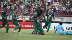 Indosport - Irfan Jaya gagal memeluk Amido Balde dan jatuh tersungkur, saat laga lawan Persela. Senin (1/7/19).