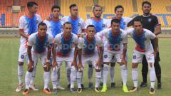 Indosport - Starting eleven Blitar Bandung United saat menghadapi PSPS Riau di Stadion Si Jalak Harupat Kabupaten Bandung, Selasa (02/07/2019).