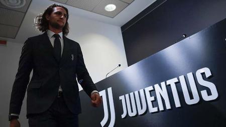 Raksasa sepak bola Serie A Liga Italia, Juventus, berpotensi mendepak gelandang mereka, Adrien Rabiot, di bursa transfer musim panas 2020 karena alasan ini. - INDOSPORT