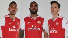 Indosport - Pierre-Emerick Aubameyang, Alexandre Lacazette, dan Mesut Ozil jadi model jersey Arsenal terbaru.
