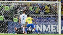Indosport - Gabriel Jesus menjebol gawang Timnas Argentina.