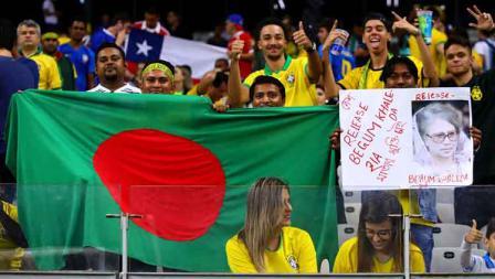 Fans Brasil asal Bangladesh turut menyuarakan dukungan terhadap Perdana Menteri Begum Khaleda di Mineirao Stadium, Rabu (03/07/19). Chris Brunskill/Fantasista/Getty Images