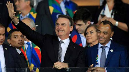 Presiden Brasil, Jair Bolsonaro, ingin liga sepak bola tetap dilanjutkan meski di tengah pandemi corona. - INDOSPORT