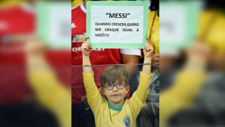 Suporter cilik Brasil dengan poster berisi harapan ingin menjadi seperti Messi saat sudah besar pada laga semifinal Copa America di Mineirao Stadium, Rabu (03/07/19). Pedro Vilela/Getty Images