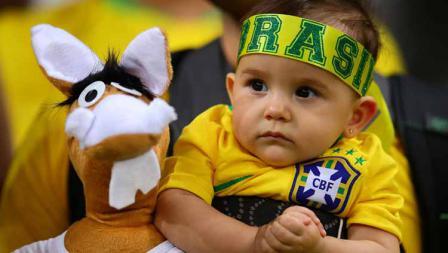 Lucu dan menggemaskan! Seorang anak menyaksikan laga semifinal Copa America di gendongan bapaknya. Chris Brunskill/Fantasista/Getty Images
