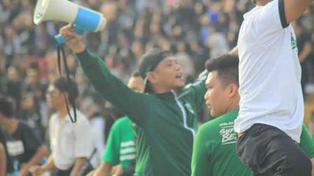 Ketua Umum SMeCK Hooligan, Lawren Simorangkir, mendukung PSMS Medan di Liga 2 2019. - INDOSPORT