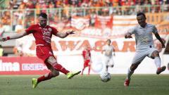 Indosport - Marko Simic tengah mengeksekusi bola ke gawang PSS Sleman.