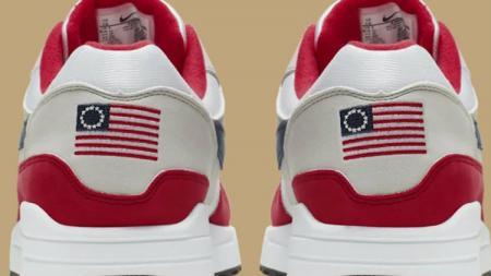 Sepatu Nike yang menjadi kontroversi karena memuat gambar bendera Amerika Serikat yang lama. - INDOSPORT