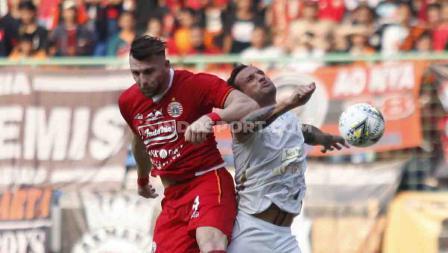 Duel udara Marko Simic dengan pemain PSS Sleman di Liga 1 pekan ke-6 di Stadion Patriot, Bekasi.
