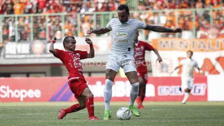 Riko Simanjuntak berusaha merebut bola dari pemain PSS Sleman di Liga 1 pekan ke-6.