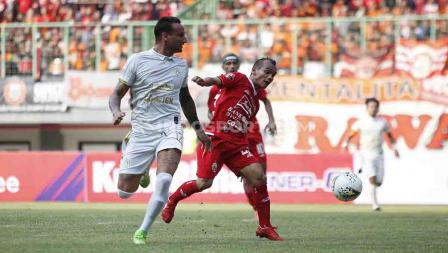 Riko Simanjuntak mengontrol bola dari pemain PSS Sleman di Stadion Patriot, Bekasi.