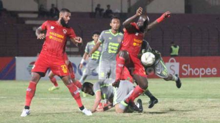 Pemain Kalteng Putra vs Borneo FC tangah adu bodi untuk merebut bola. - INDOSPORT