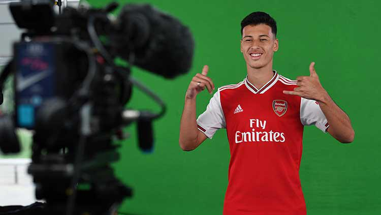 Gabriel Martinelli dalam sesi pemontretan sebagai striker anyar di Arsenal. Copyright: David Price/Arsenal FC via Getty Images