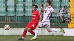 Indosport - Egy Maulana Vikri berduel dengan lawan pada laga Lechia Gdansk vs Olympiacos, Rabu (3/7/19).