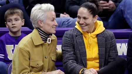 Pasangan atlet LGBT kenamaan Amerika Serikat, Megan Rapinoe dan Sue Bird dikabarkan telah resmi bertunangan. - INDOSPORT