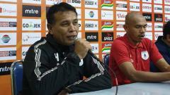 Indosport - Pelatih Kiper Persipura, Alan Haviludin bersama Ricardo Salampessy saat konferensi pers usai laga kontra Arema.