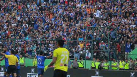 Selebrasi gol Dedik Setiawan atas assist Comvalius di laga Arema FC vs Persipura Jayapura - INDOSPORT