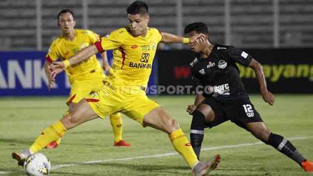 Proses gol Bhayangkara FC yang diciptakan striker Ramiro Ezequile (tengah) ke gawang PS Tira Persikabo di Stadion Madya Senayan, Kamis (04/07/19). Foto: Herry Ibrahim/INDOSPORT - INDOSPORT
