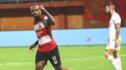 Greg Nwokolo selebrasi pada laga Madura United vs PSM Makassar di Liga 1 2019, Kamis (04/07/19).