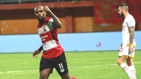 Striker Greg Nwokolo melakukan selebrasi dalam laga Liga 1 2019 antara Madura United vs PSM Makassar, Kamis (4/7/19). - INDOSPORT