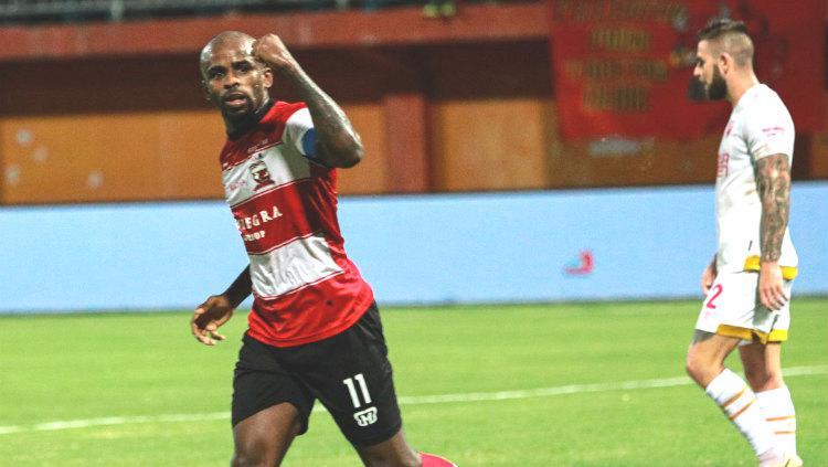 Greg Nwokolo selebrasi pada laga Madura United vs PSM Makassar di Liga 1 2019, Kamis (04/07/19). Copyright: Twitter/@MaduraUnitedFC