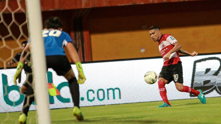 Beto Goncalves melepaskan tendangan pada laga Madura United vs PSM Makassar di Liga 1 2019, Kamis (04/07/19). Copyright: Twitter/@MaduraUnitedFC
