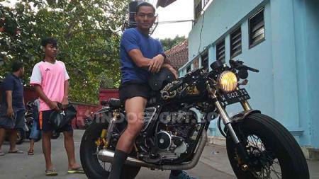 Wawan Hendrawan saat menunggangi motor Scorpio 225 miliknya di depan Lapangan Samudra, Legian, Kuta, Badung, Kamis (4/7/2019). Foto : Nofik Lukman Hakim - INDOSPORT