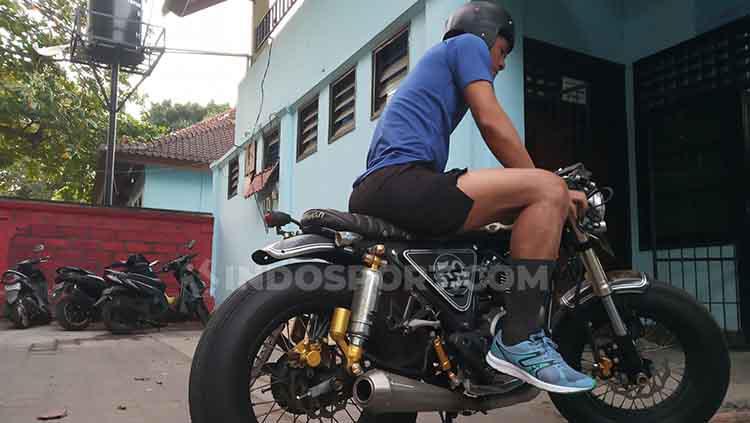 Wawan Hendrawan saat menunggangi motor Scorpio 225 miliknya di depan Lapangan Samudra, Legian, Kuta, Badung, Kamis (4/7/2019). Foto : Nofik Lukman Hakim Copyright: Nofik Lukman Hakim/INDOSPORT