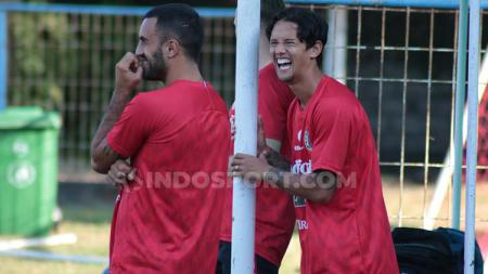 Winger Bali United, Irfan Haarys Bachdim saat bersenda gurau dengan rekan setimnya, Brwa Nouri. Foto : Nofik Lukman Hakim - INDOSPORT