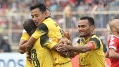 Indosport - Selebrasi pemain Barito Putera usai mencetak gol ke gawang Badak Lampung FC