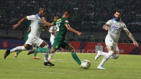 Irfan Jaya tengah mengeksekusi bola ke arah gawang Persib Bandung - INDOSPORT