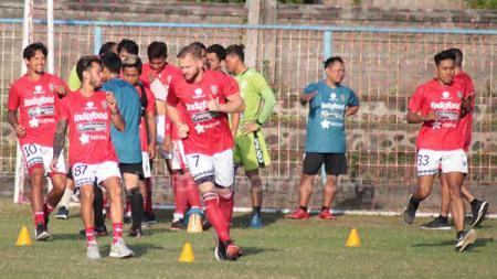 Melvin Platje bersama para penggawa Bali United saat berlatih di Lapangan Samudra, Legian, Kuta, Badung, Kamis (4/7/2019). Foto: Nofik Lukman Hakim - INDOSPORT