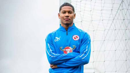 Bek sayap Reading FC, Darren Sidoel tertarik bela Timnas Indonesia di masa depan. - INDOSPORT