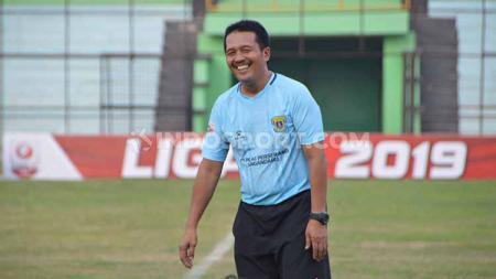 Pelatih Jaya Hartono saat masih menangani Perserang Serang di Stadion Teladan, Medan, Jumat (5/7/19). Foto: Aldi Aulia Anwar/INDOSPORT - INDOSPORT