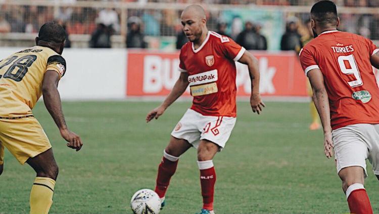 Marquinhos di kawal lawan pada laga Badak Lampung FC vs Barito Putera di Liga 1 2019, Jumat (05/07/19). Copyright: Twitter/@badaklampungfc1