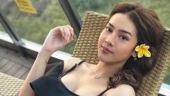 Indosport - Anya Geraldine saat berpose anggun di sebuah kursi santai