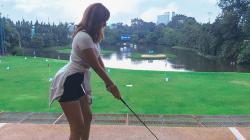 Anya Geraldine saat berpose memegang stik golf